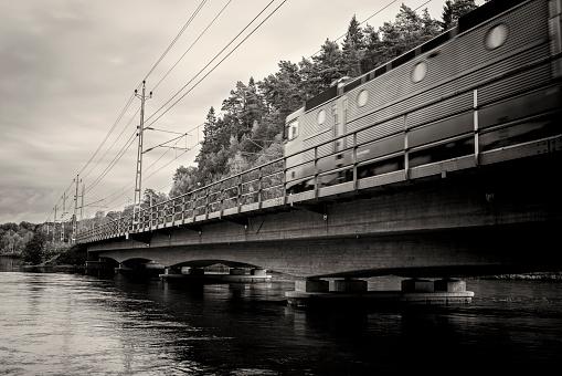 Electric train「列車の上を通過して、川」:スマホ壁紙(15)