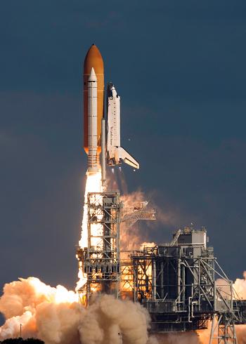 打ち上げロケット「November 16, 2009 - Space Shuttle Atlantis clears the tower at the Kennedy Space Center, Cape Canaveral, Florida.」:スマホ壁紙(0)