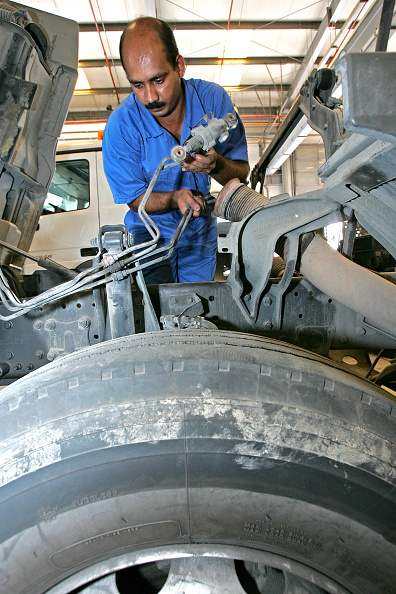 Mechanic「Gargash Motors, Al Qouz,Truck  Mechanics Dubai, United Arab Emirates, June 2007.」:写真・画像(8)[壁紙.com]