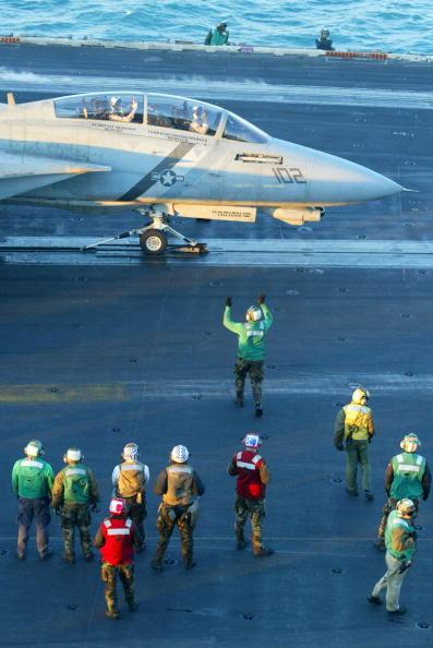 Joe Raedle「Sailors Work Aboard USS Constellation」:写真・画像(17)[壁紙.com]
