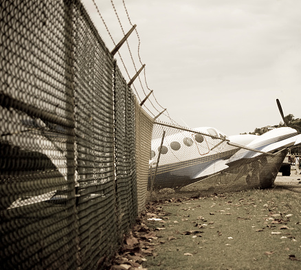 Airplane Crash「small plane crashes through fence in emergency landing」:スマホ壁紙(13)