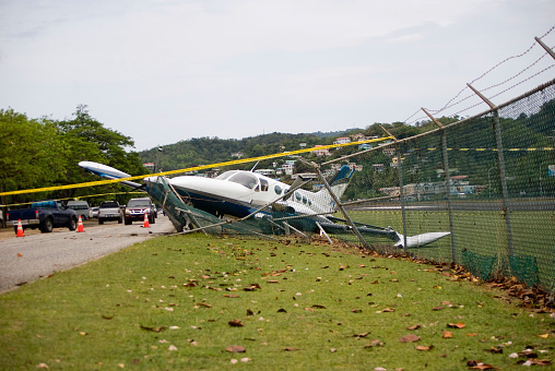 Misfortune「small plane crashes through fence on highway in emergency landing」:スマホ壁紙(8)