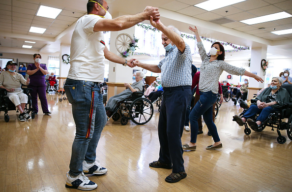 Topix「Los Angeles Nursing Facility Holds First Social Event Since Start Of Pandemic」:写真・画像(11)[壁紙.com]