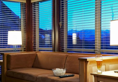 Living Room「Popcorn and beer in living room at dusk」:スマホ壁紙(4)