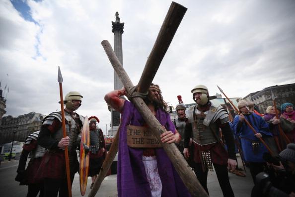 Oli Scarff「Actors Perform The Easter Passion Of Jesus In Trafalgar Square」:写真・画像(3)[壁紙.com]