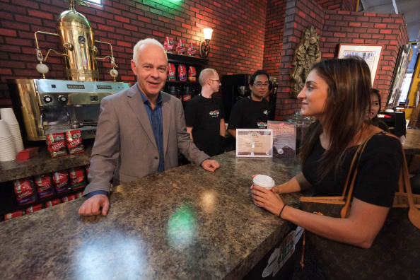Friendship「Fans Of Warner Bros. Television's Hit Comedy Friends Celebrate The 20th Anniversary Of The Series' Premiere At The Central Perk Pop-Up In Lower Manhattan, Open September 17 Through October 18, 2014」:写真・画像(4)[壁紙.com]