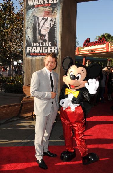 ミッキーマウス「Premiere Of Walt Disney Pictures' 'The Lone Ranger' - Red Carpet」:写真・画像(4)[壁紙.com]