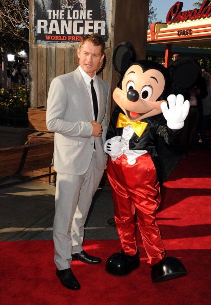 ミッキーマウス「Premiere Of Walt Disney Pictures' 'The Lone Ranger' - Red Carpet」:写真・画像(3)[壁紙.com]