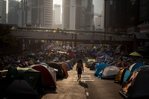 Occupy Central「Police & Bailiffs Move In To Clear Hong Kong Protest Sites After Seven Weeks of Demonstrations」:写真・画像(11)[壁紙.com]