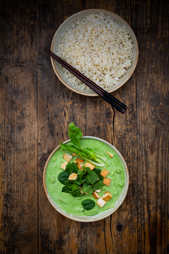 Jasmine Rice「Directly above shot of green curry and jasmine rice in bowls on table」:スマホ壁紙(0)