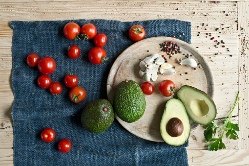 Garlic Clove「Directly above shot of avocados with tomatoes and spices on wooden table」:スマホ壁紙(10)