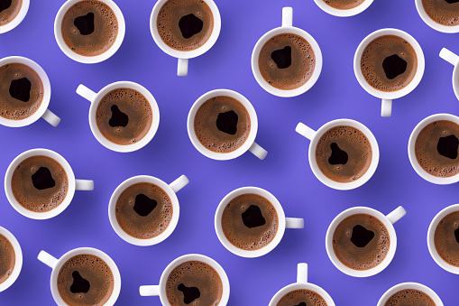 Refreshment「Directly above view of fresh coffee in cups over purple background」:スマホ壁紙(13)
