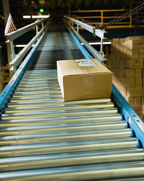 Package on conveyor belt in warehouse:スマホ壁紙(壁紙.com)