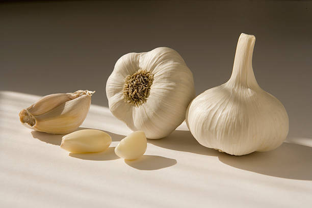 Whole garlic with unpeeled cloves, close-up:スマホ壁紙(壁紙.com)
