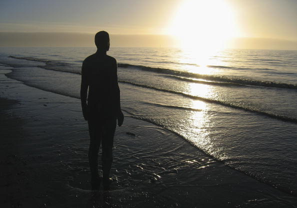 Jim Dyson「Gormley's 'Another Place' On Exhibit At Waterloo Beach」:写真・画像(1)[壁紙.com]