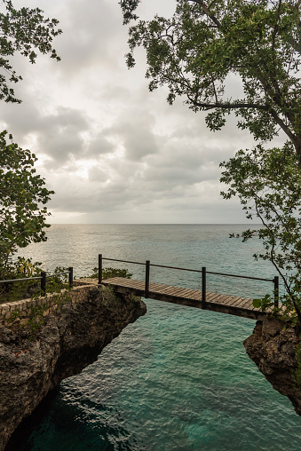 Branch「Jamaica, Negril, Footbridge hanging between rocks」:スマホ壁紙(10)