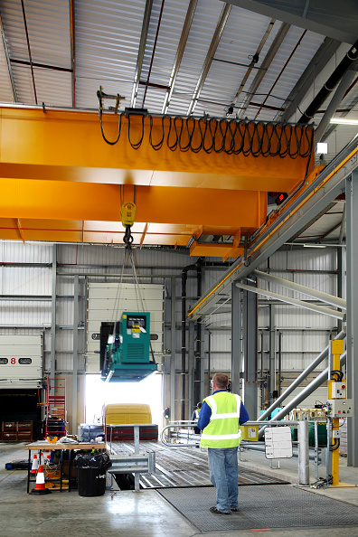 Construction Machinery「Gantry crane loading in an industrial warehouse」:写真・画像(12)[壁紙.com]