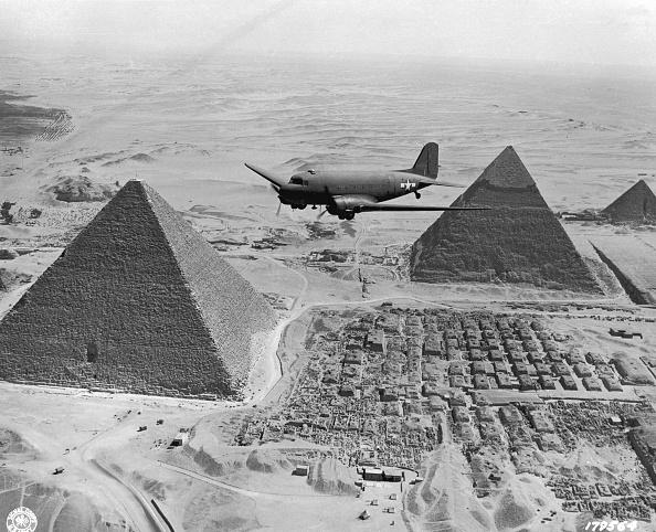 Single Word「Dakota Over Pyramids」:写真・画像(0)[壁紙.com]
