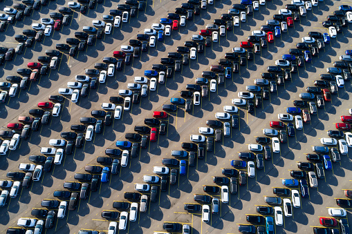 Car Dealership「A large parking lot with cars, aerial view」:スマホ壁紙(3)