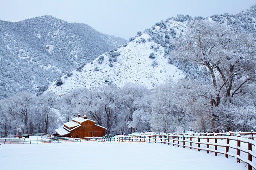Wooden Post「Post & Beam barn dring winter with mountains」:スマホ壁紙(19)