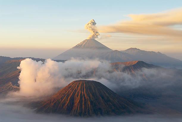 Indonesia, Java island, Bromo (2392m) and Semeru (3676m) volcanoes, elevated view:スマホ壁紙(壁紙.com)