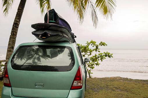 サーフィン「Indonesia, Java, car with surfboards on the roof at the coast」:スマホ壁紙(18)