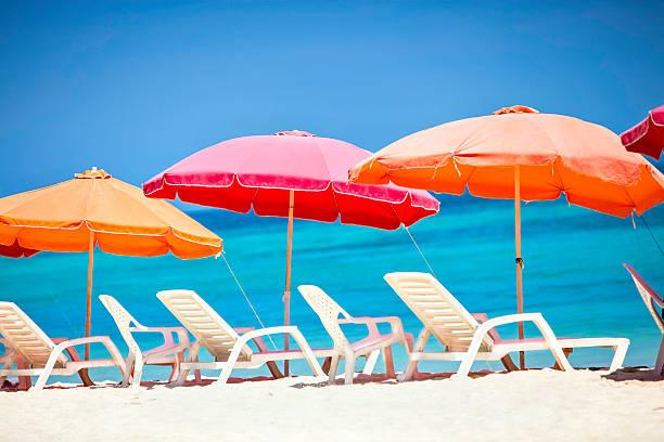 Umbrellas and lounge chairs on a Caribbean beach:スマホ壁紙(壁紙.com)