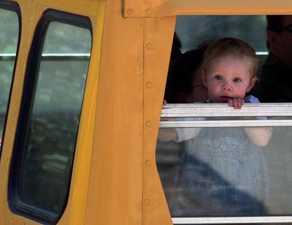 School Bus「Young Victim Of The Cerro Grande Fire Peers Out The Window Of A School Bus」:写真・画像(3)[壁紙.com]