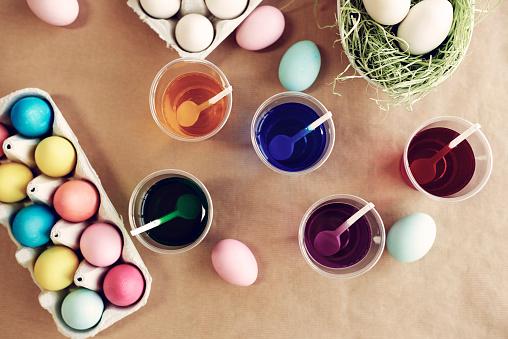 花「Decorated eggs next to plastic cups. Debica, Poland」:スマホ壁紙(0)
