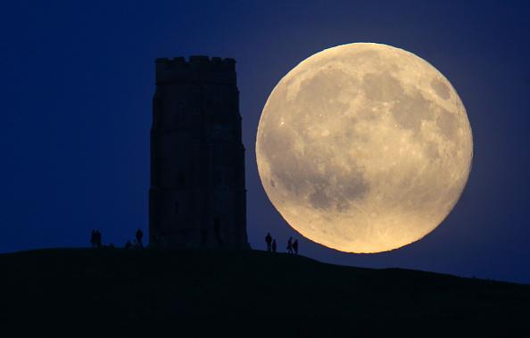 月「Blue Moon Rises Over Glastonbury Tor」:写真・画像(16)[壁紙.com]