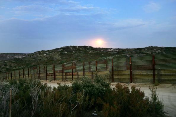 Baja California Peninsula「Minutemen Break-Away Group Patrols California-Mexico Border」:写真・画像(14)[壁紙.com]