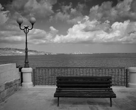 モノクロ「ロマンチックなベンチ、海を前に」:スマホ壁紙(6)