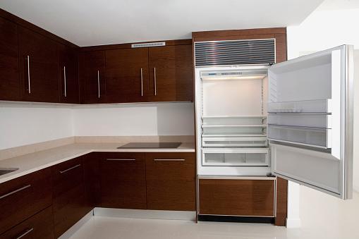 Gulf Coast States「Open refrigerator in empty kitchen」:スマホ壁紙(8)