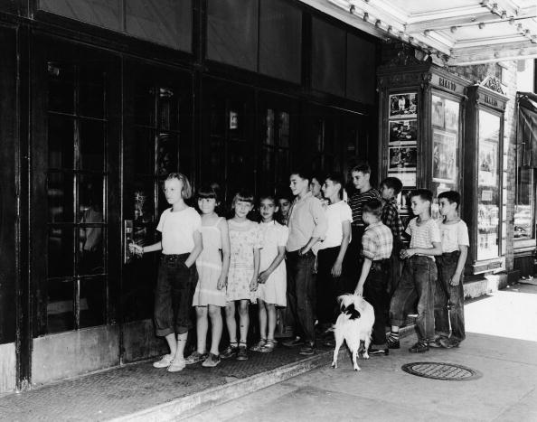 In A Row「Children Line Up To See Movie」:写真・画像(8)[壁紙.com]