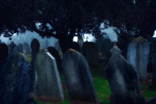 月「月の光に輝くダーク Misty 墓地 Tombstones」:スマホ壁紙(4)