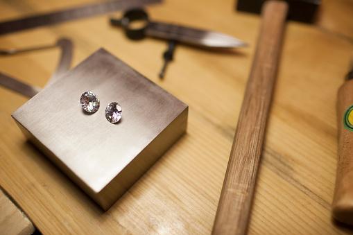 Beijing「Diamonds on jewelers workbench」:スマホ壁紙(11)