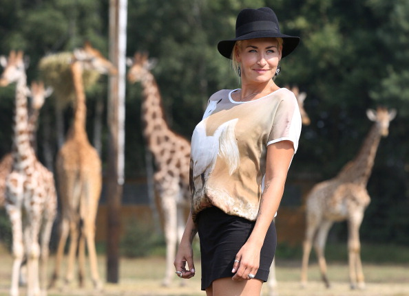 Focus On Foreground「Sarah Connor Christens Baby Giraffe」:写真・画像(4)[壁紙.com]