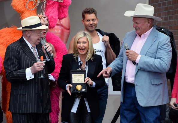 Light Bulb「Olivia Newton-John Welcome Event At Flamingo Las Vegas」:写真・画像(4)[壁紙.com]