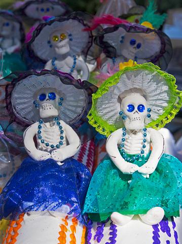 ドクロ「Catrina Dolls Laid out for Sale During Day of the Dead Celebration, Dolores Hidalgo, Guanajuato, Central Mexico, Mexico」:スマホ壁紙(0)