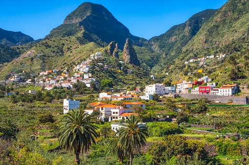 Atlantic Islands「View of Hermigua and the town's landmark , the characteristic twin rocks Roques de San Pedro , on Canary Islands La Gomera in the province of Santa Cruz de Tenerife - Spain」:スマホ壁紙(4)