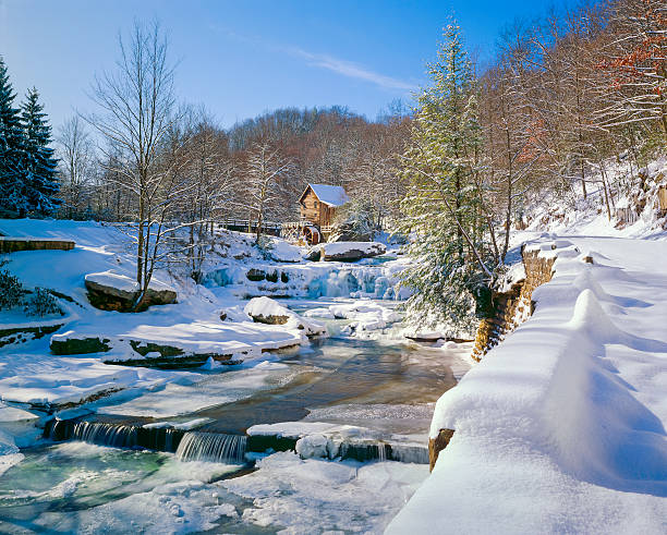 old-fashioned watermill gristmill and stream in snow:スマホ壁紙(壁紙.com)