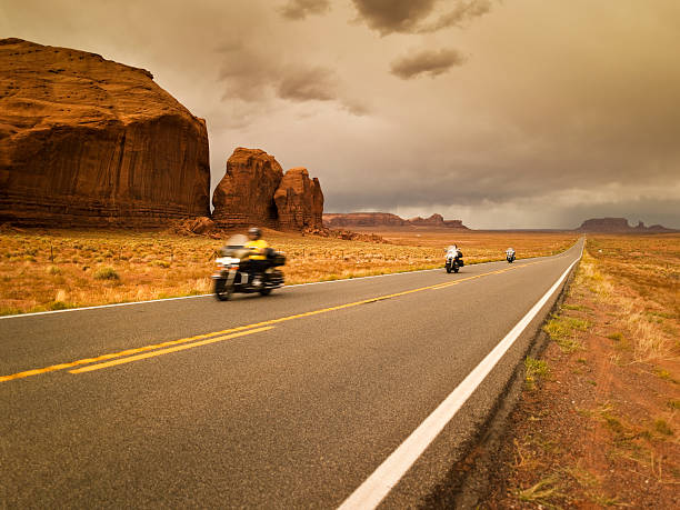 Bikes on the road to Monument Valley:スマホ壁紙(壁紙.com)