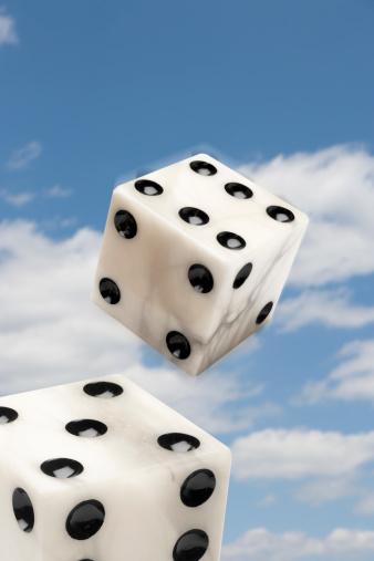 Alabaster「Two alabaster dice falling through sky」:スマホ壁紙(17)