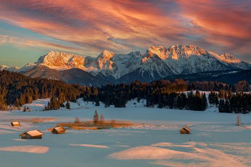 Chalet「Magic Sunrise at Alpine Lake Geroldsee - view to mount Karwendel, Garmisch Partenkirchen」:スマホ壁紙(17)