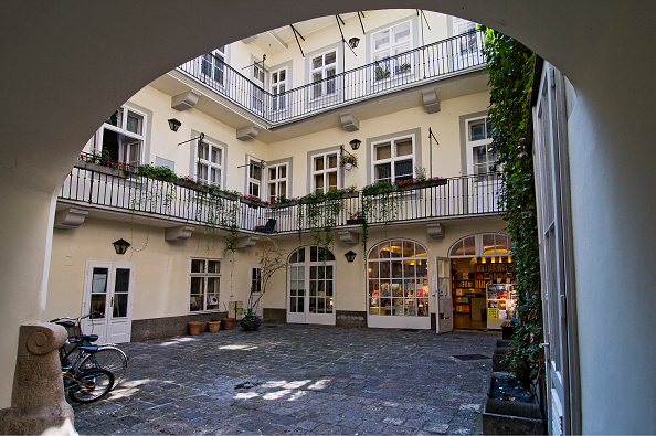 Courtyard「Courtyard Of A House With Pawlatschen In Baker Street」:写真・画像(11)[壁紙.com]