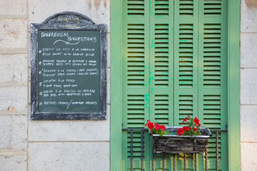Chalk - Art Equipment「Menu board and green shutters of the So Caprichos restaurant.」:スマホ壁紙(1)