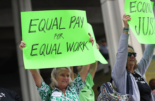 Paying「Rally To Support Equal Pay For Equal Work」:写真・画像(1)[壁紙.com]