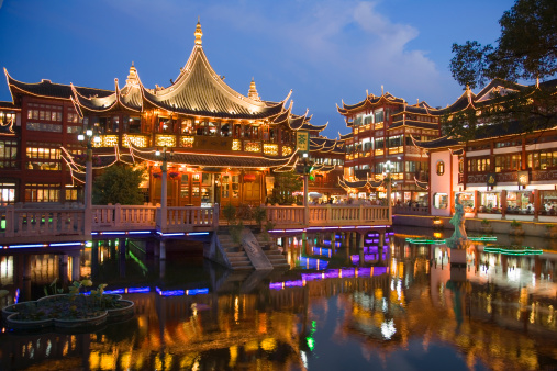 Yu Yuan Gardens「China, Shanghai, Yu Yuang Gardens, the teahouse, historic shopping area and lake at night」:スマホ壁紙(17)