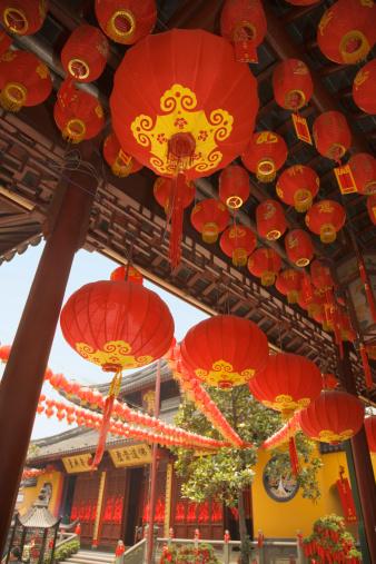 Chinese Lantern「China, Shanghai, Chinese lanterns hanging at Jade Buddha Temple, low angle view」:スマホ壁紙(15)