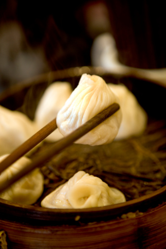 Chinese Dumpling「China, Shanghai, wanton held in chopsticks, close-up」:スマホ壁紙(9)